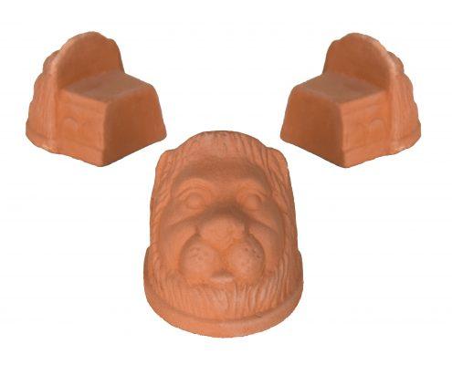 Löwenköpfe aus Terrakotta