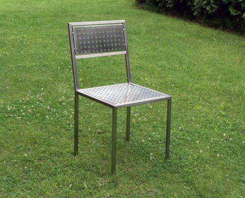 Stuhl aus Edelstahltafeln
