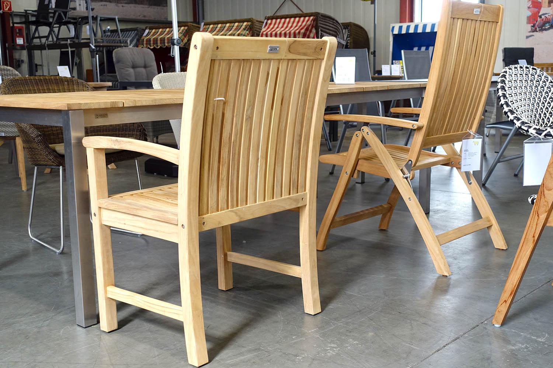 Auswahl an Teak-Sessel und -Tischen in RE