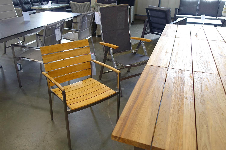Viele Teak-Sessel und -Tische in RE