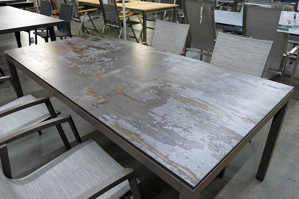 Tisch mit DEKTON-Trilium